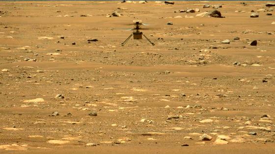 미 항공우주국(NASA) 무인 소형 헬리콥터인 인저뉴어티가 22일(현시지간) 화성에서 두번째 비행을 진행하는 모습. [AP=연합뉴스]