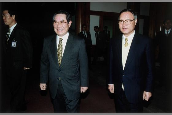 1997년 12월 대선에서 김대중 전 대통령이 당선된 뒤 김용태(왼쪽) 당시 김영삼 대통령 비서실장과 김중권(오른쪽) 당시 김대중 대통령 당선자 비서실장이 함께 걷고 있는 모습. 중앙포토