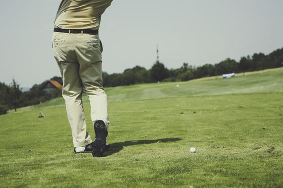 골프, 테니스, 배드민턴처럼 기구를 사용하는 구기 운동은 몸의 반쪽을 주로 사용하는 편측운동이다. 좋은 운동이기는 하지만, 강한 힘을 얻기 위해 한쪽 몸을 강하게 쓰다 보면 탈이 난다. [사진 pxhere]