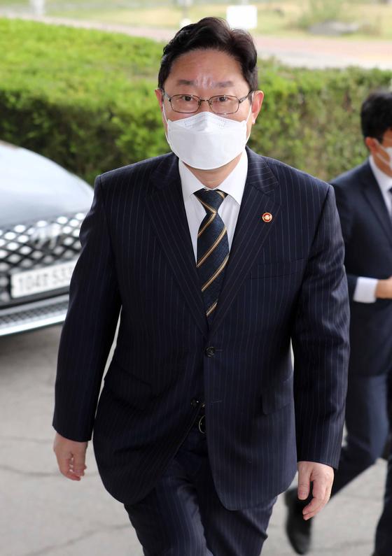 박범계 법무부 장관이 23일 오전 경기도 과천시 정부과천청사 법무부로 출근하고 있다. 뉴스1
