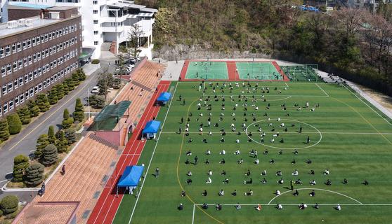 대전에서 학원을 매개로 한 신종 코로나바이러스 감염증(코로나19)이 학교, 가족 등으로 확산되고 있는 가운데 지난 6일 오후 대전 동구에 위치한 고등학교에서 학생들을 대상으로 전수조사를 하고 있다. 뉴스1