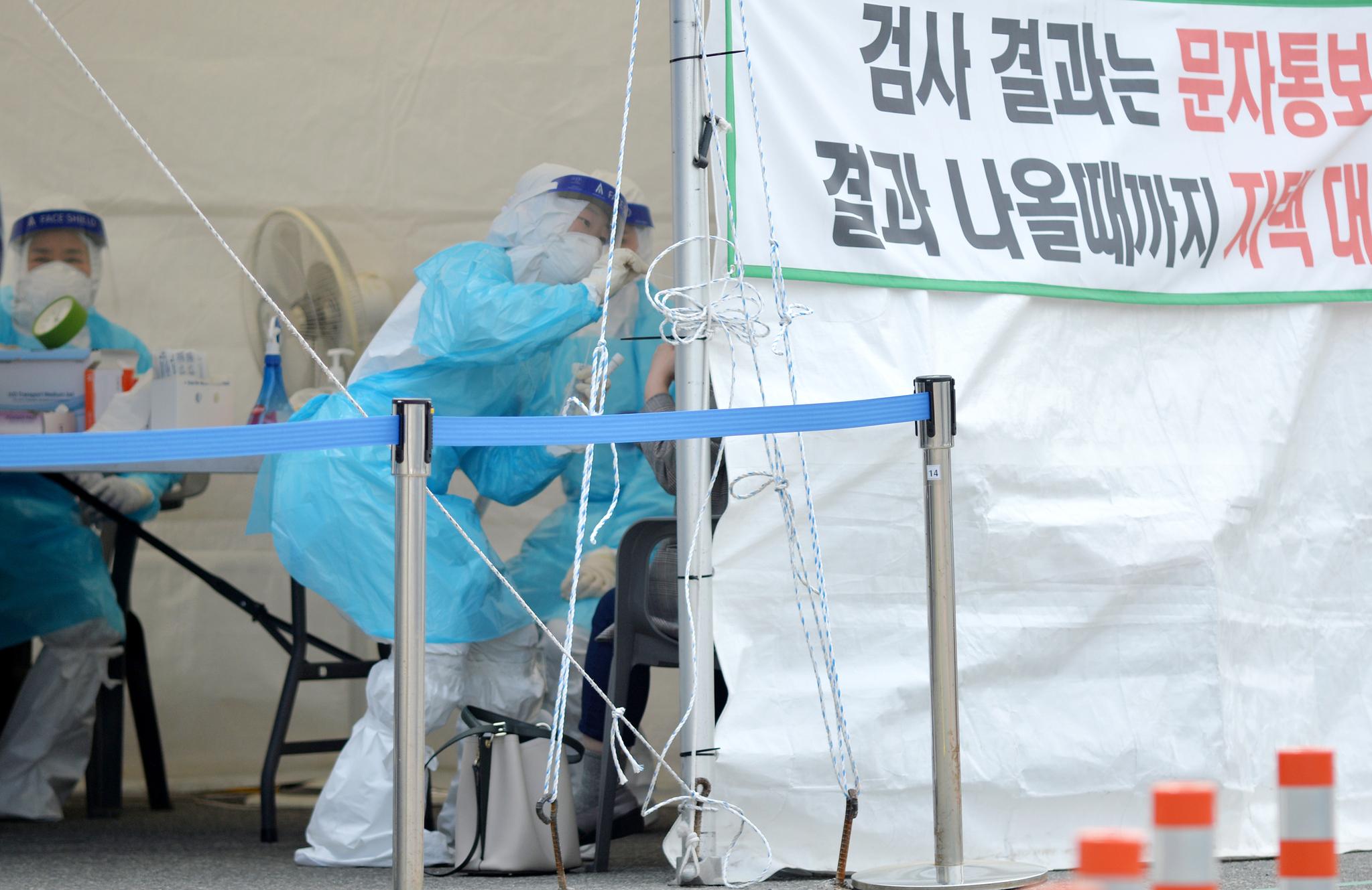 신종 코로나바이러스 감염증(코로나19)확산으로 비상이 걸린 22일 대전 한밭체육관 앞 코로나19 선별진료소에서 의료진들이 방문한 시민들을 분주히 검사하고 있다. 중앙포토