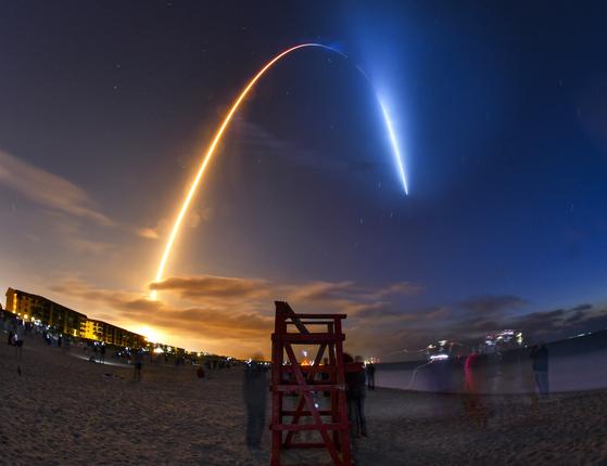 23일(현지시간) 플로리다주 케네디 우주센터에서 발사되는 스페이스X 우주선. AP=연합뉴스