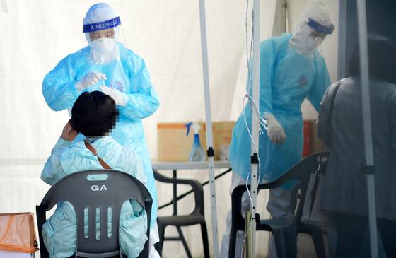 신종 코로나바이러스 감염증(코로나19)확산으로 비상이 걸린 22일 대전 한밭체육관 앞 코로나19 선별진료소에서 의료진들이 방문한 시민들을 분주히 검사하고 있다. 김성태 기자