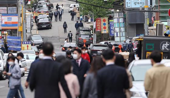 정부가 '사회적 거리두기' 조치를 3주간 지난 12일 오후 서울 서초구 서초대로 인근에서 직장인들이 걸어가고 있다. 연합뉴스