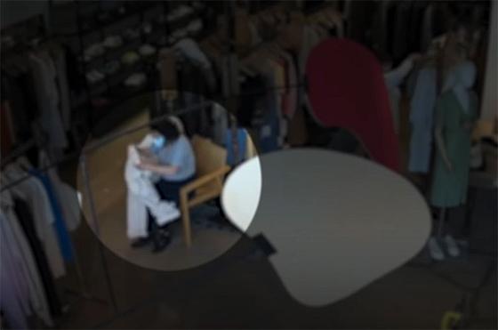 벨기에 대사 부인 A씨가 검은색 신발을 신은 채 매장 내 소파에 앉아 흰색 바지를 입어보는 모습. 영상 캡처