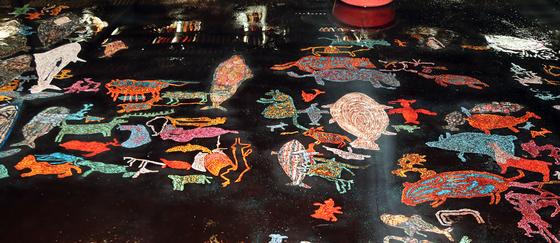 반구대 암각화를 나전 기법과 옻칠로 되살린 작품에는 7000년 전에 그린 동물들이 선명하게 살아 있다.