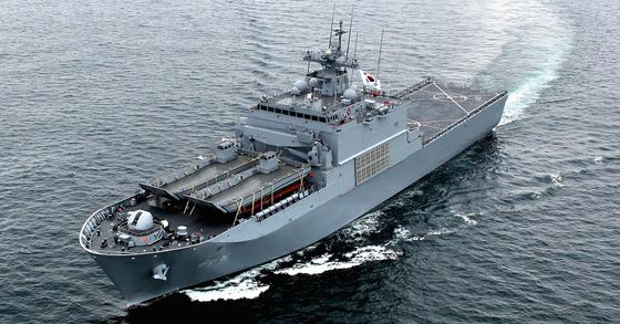 해군 상륙함이 이동하고 있다. 병력과 물자를 수송하는 임무를 맡는다. [방위사업청]