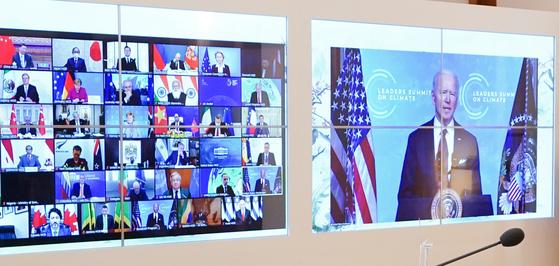 22일 청와대 상춘재에서 화상으로 열린 기후정상회의에서 문재인 대통령(윗줄 왼쪽 세 번째)을 비롯한 시진핑 중국 국가 주석, 스가 요시히데 일본 총리 등 각국 정상들이 조 바이든 미국 대통령의 발언을 경청하고 있다. 뉴스1