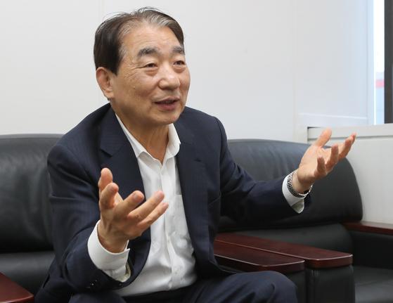 """지난 6일 부산시 선일 회계법인 사무실에서 기자와 만난 김종대 전 헌법재판관은 """"이순신 리더십은 수양에서 나온 것이다. 지도자들이 그건 것이 결여돼 있다는 것은 느끼지 못하면 수양이 부족한 것""""이라고 말했다. 송봉근 기자"""