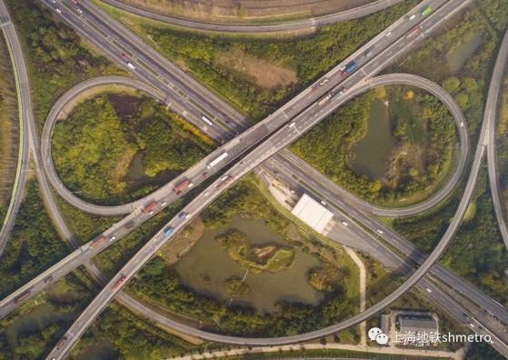 중국 최초의 고속도로인 상하이 후쟈(沪嘉) 고속도로.