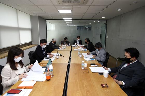 23일 한일비전포럼 산하 한일미래비전워킹그룹의 첫 회의에선 한일 관계에 대한 전문가들의 냉철한 평가가 이어졌다. 장진영 기자