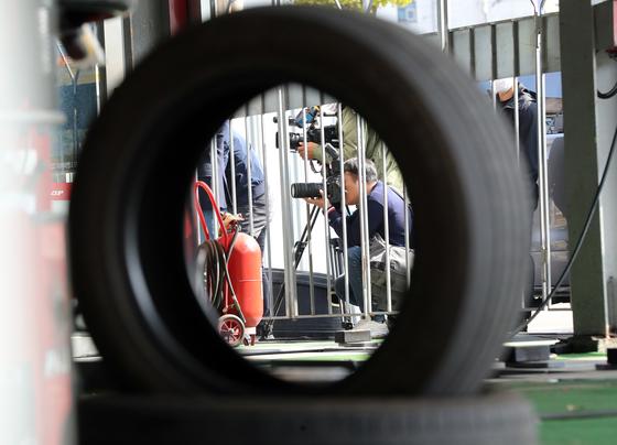 지난해 10월 광주 서구 타이어뱅크 상무점에 대해 '고의 휠 파손' 의혹으로 경찰이 압수수색을 한다는 소식에 취재진이 몰려와 있다. 연합뉴스