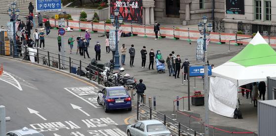 코로나19 국내 확진자 수가 나흘째 700명대를 기록한 24일 오전 서울역 광장에 마련된 임시선별검사소에 시민들이 검사를 받기 위해 줄을 서고 있다.뉴시스