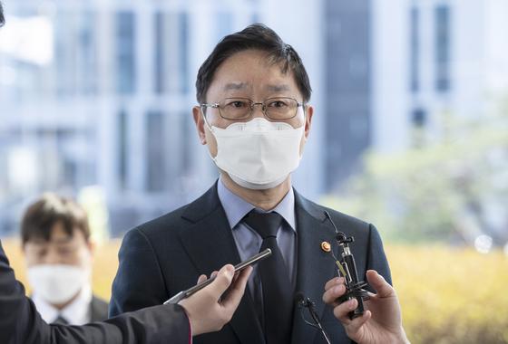 박범계 법무부 장관이 22일 오후 서울 서초구 대법원에서 열린 대법관후보추천위원회에 참석하며 기자들 질문에 답하고 있다. 임현동 기자