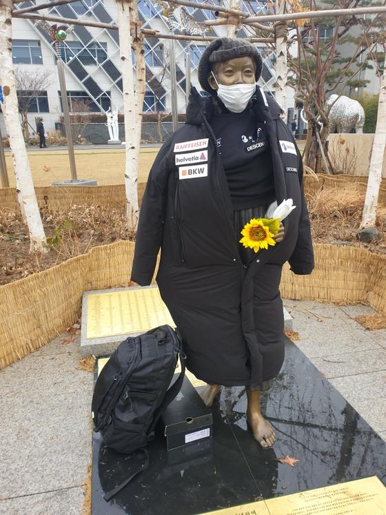 지난 1월 강동구청 앞 평화의 소녀상에 일본 브랜드 패딩이 입혀져 있다. 사진 강동구 평화의 소녀상 보존 시민위원회 제공