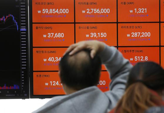 비트코인 국내 거래 가격이 5천만원대 까지 내려간 23일 서울 강남구 암호화폐 거래소 빗썸 강남고객센터에서 전광판에 비트코인 등 거래가격이 표시되고 있다. 뉴시스