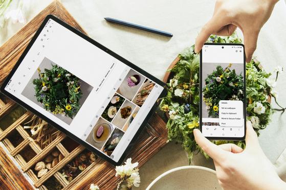 갤럭시 탭S7+(왼쪽)와 갤럭시 A52 스마트폰을 연동해 사용하는 모습. 연합뉴스.