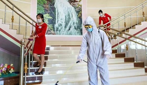 북한 노동당 기관지 노동신문은 지난 22일 '조국과 인민의 안전을 굳건히 지키기 위한 비상방역전에 총력을'이라는 제목의 기사를 싣고 신종 코로나바이러스 감염증(코로나19) 방역에 나선 각지의 풍경을 소개했다. 사진은 방역 중인 평북 창성군의 한 건물.  [뉴스1]