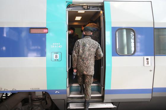 지난 2월 15일 한 장병이 서울역에서 열차에 탑승하고 있다. 사진은 기사 내용과 관련 없음. 장진영 기자