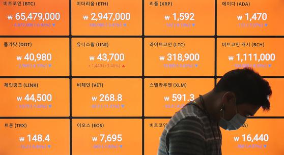 일 서울 강남구 빗썸 강남고객센터에서 한 직원이 시황판을 확인하고 있다. 뉴스1