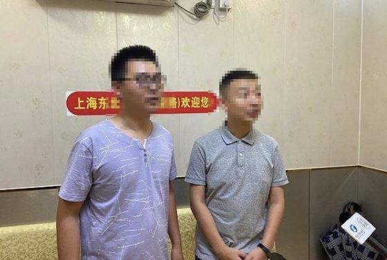 중국 화이허병원에서 29년 전 부모가 뒤바뀐 야오처(오른쪽)와 궈웨이 두 청년의 모습. [웨이보 캡처]