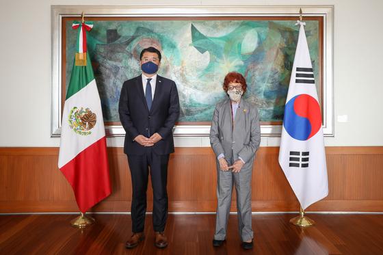 지난 23일 최종건(왼쪽) 외교부 1차관과 카르멘 모레토 토스카토 멕시코 외교차관은 회담을 갖고 일본의 오염수 방류와 관련한 우려를 표했다. [연합뉴스]