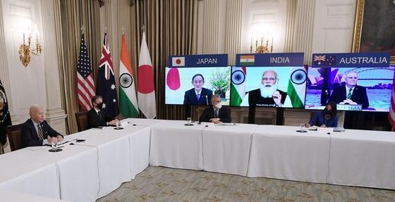 조 바이든(왼쪽) 미국 대통령이 지난달 12일(현지시각) 스가 요시히데 일본 총리, 나렌드라 모디 인도 총리, 스콧 모리슨 호주 총리와 함께 쿼드(Quad) 첫 정상회의를 화상으로 열었다. [AFP=연합뉴스]