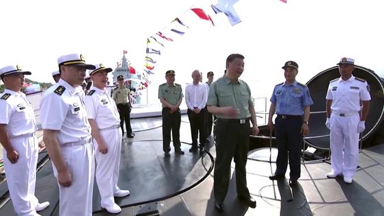 24일 CC-TV 신원롄보(新聞聯播)가 공개한 중국 094형 전략핵잠수함 창정(長征) 18호 함상의 잠수함발사탄도미사일(SLBM) 발사 덮개 위에서 시진핑 주석이 함장의 설명을 듣고 있다. [CC-TV 캡처]