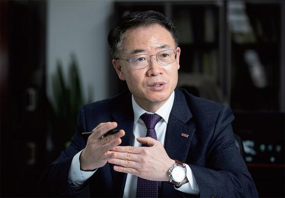 추문갑 중소기업중앙회 경제정책본부장은 4월 2일 월간중앙과의 인터뷰에서 기업 상속세제를 개편해 투자와 일자리를 늘리는 방안을 모색해야 한다고 강조했다.