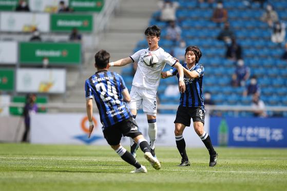 울산 김지현(가운데)을 막고 있는 인천 수비수 김광석(오른쪽). [사진 프로축구연맹]