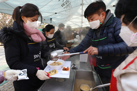 지난해 12월 8일 대구 달서구 두류공원 사랑해밥차 무료급식소에서 봉사자들이 배식을 준비하고 있다. 사진은 기사 내용과 관련 없음. [뉴스1]