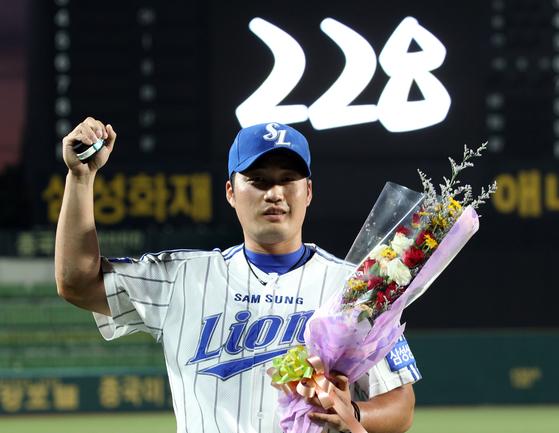 2012년 삼성의 옛 홈구장인 대구 시민운동장 야구장에서 KBO리그 통산 최다 세이브 기록을 달성한 뒤 기뻐하고 있는 오승환. 중앙 포토