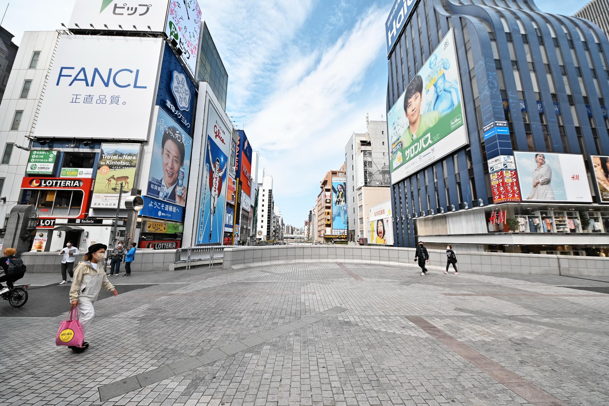 25일 일본 오사카의 유명한 쇼핑거리인 도톤보리 풍경. 코로나 사태 이후 세번째 긴급사태가 발령된 이날 오사카 시내는 행인이 거의 없어 도심이 텅 비었다. UPI=연합뉴스