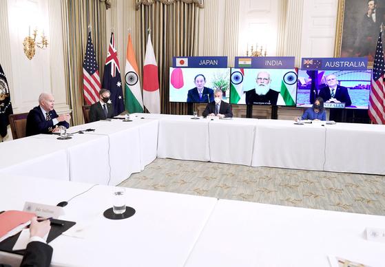 조 바이든 미 대통령과 토니 블링컨 국무장관이 지난달 12일 백악관에서 스가 요시히데 일본 총리, 나렌드라 모디 인도 총리, 스콧 모리슨 호주 총리와 쿼드 화상회의를 하는 모습 [AFP]