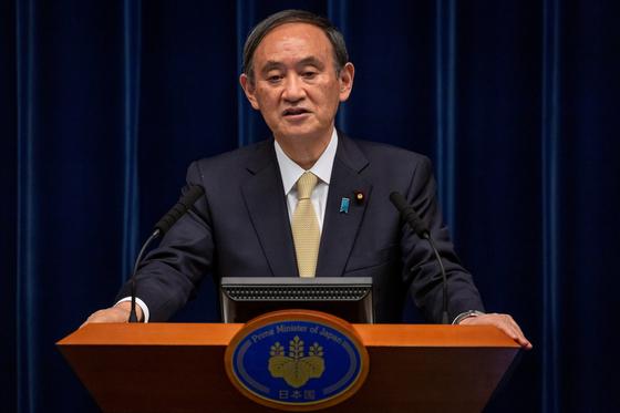 지난 23일 세번째 코로나19 긴급사태를 발령하는 스가 요시히데 일본 총리. [로이터=연합뉴스] J