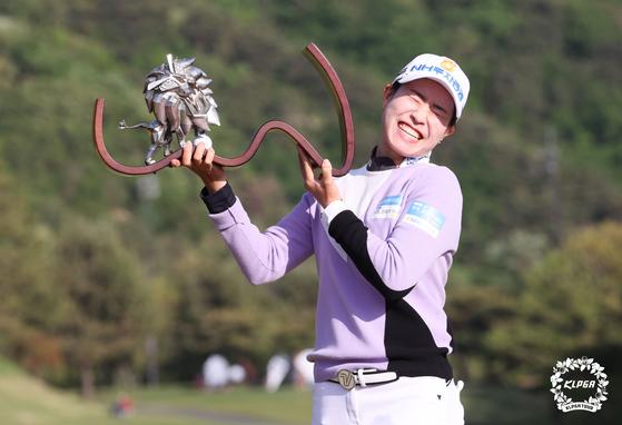 박민지가 우승 트로피를 들어보이고 있다. 트로피는 대회 스폰서의 동물 캐릭터 중 하나인 사자인데 자신감을 상징한다. [사진 KLPGA]
