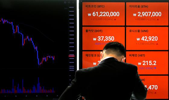 26일 오전 서울의 한 가상화폐 거래소의 시세 전광판에 실시간 비트코인 가격이 표시된 모습. 연합뉴스