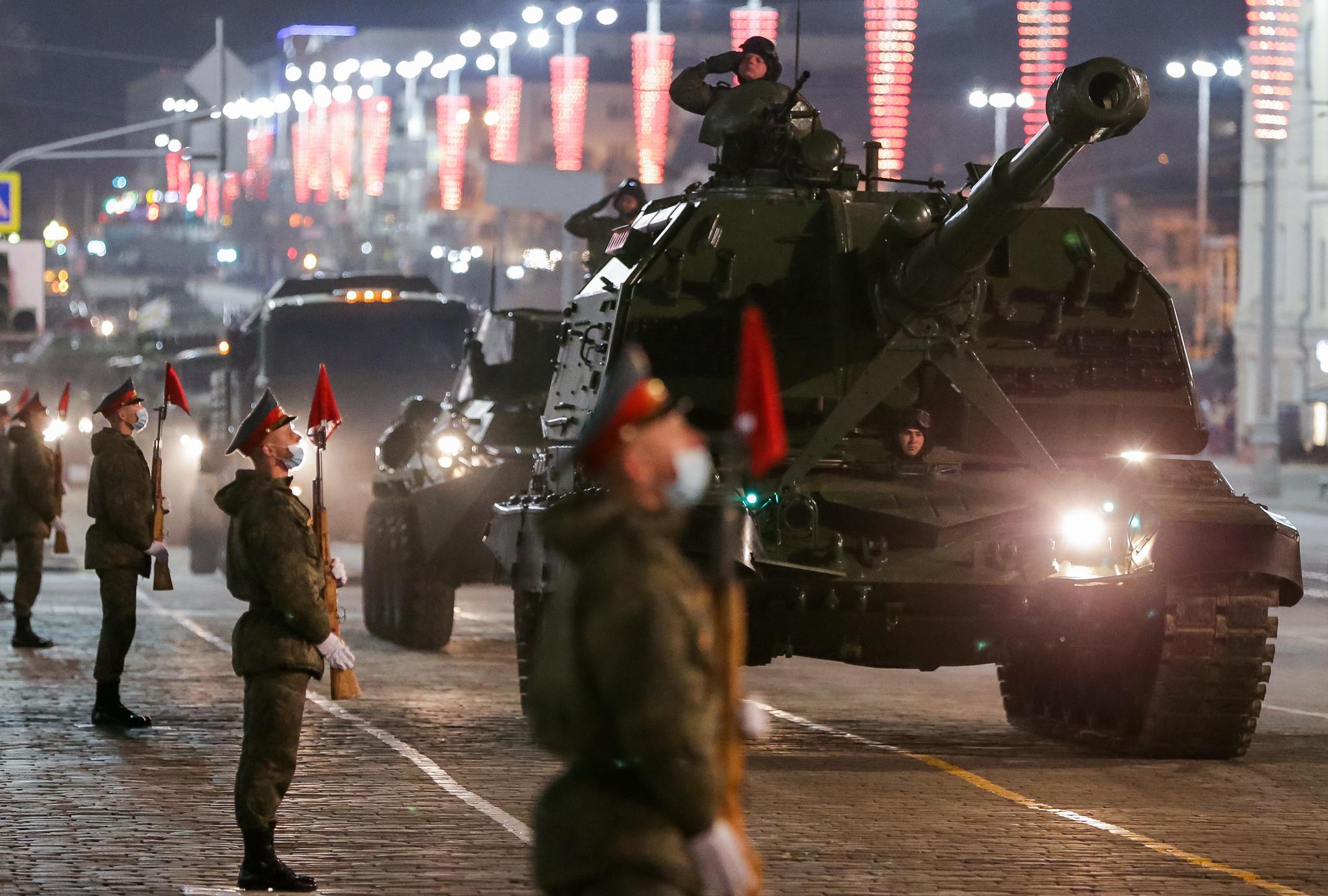 러시아 중부전구는 26일 밤 예카테린부르크에서 2차대전 승전 76주년 기념 퍼레이드의 첫 종합 리허설을 실시했다. TASS=연합뉴스