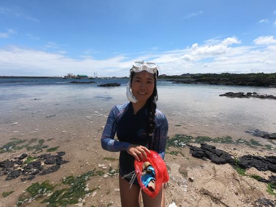 지난해 7월 해안가에서 쓰레기를 줍고 있는 세이브제주바다 리더 한주영씨. 사진 세이브제주바다