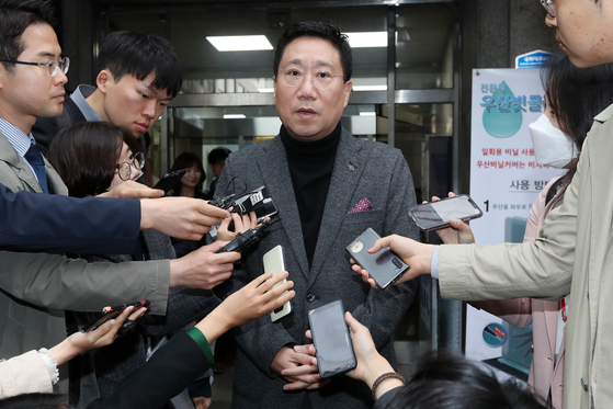 양정철 민주연구원장이 지난해 4월 17일 서울 영등포구 여의도 더불어민주당 중앙당사를 나서며 취재진의 질문에 답하고 있다. 뉴스1