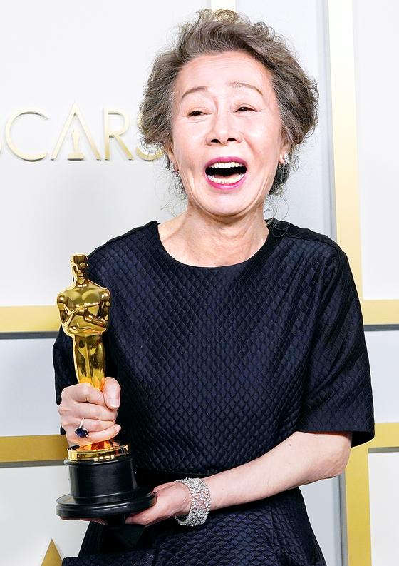 25일(현지시간) 미국 LA 유니언 스테이션에서 열린 제93회 아카데미 시상 식. 윤여정은 영화 '미나리'로 역대 두번째, 64년 만의 아시아 출신 여우조연 상 수상자가 됐다. [로이터=연합뉴스]