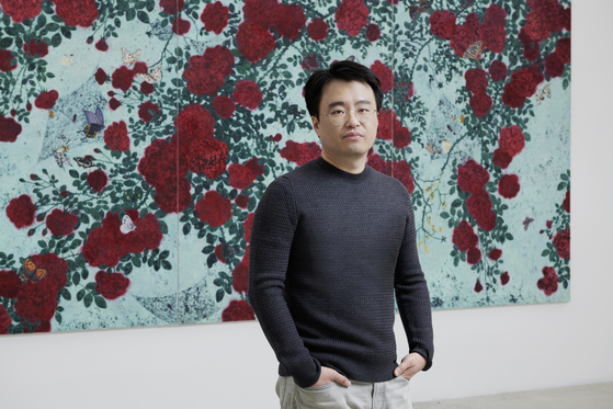 Artist Moon Sung-sik, who painted a portrait of Yoon Yeo-jung entitled 〈Flowers and Women 5〉 in 2017.  Photo: Cheonho Ahn, Image courtesy of Kukje Gallery