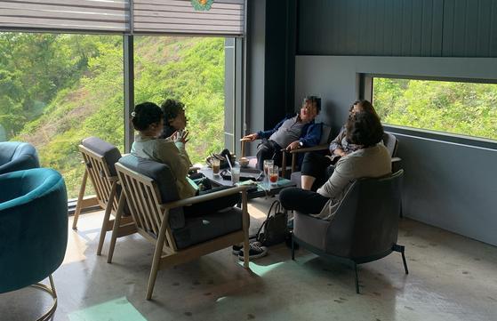 26일 경북 청도군 한 카페에서 손님 5명이 앉아 대화를 나누고 있다. 김정석기자