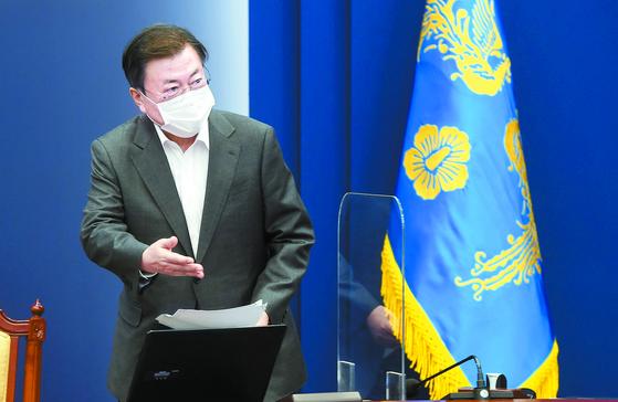 """문재인 대통령이 26일 수석·보좌관회의에 입장하고 있다. 문 대통령은 """"백신 문제를 정치화해 백신 수급과 접종에 대해 불안감을 부추기는 일이 없도록 해달라""""고 당부했다. [청와대사진기자단]"""