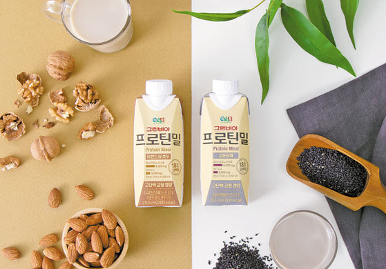 그린비아 프로틴밀' 2종은 바쁜 현대인이 부족하기 쉬운 단백질을 언제 어디서나 간편하게 섭취할 수 있도록 한 고단백 균형 영양식이다. [사진 정식품]