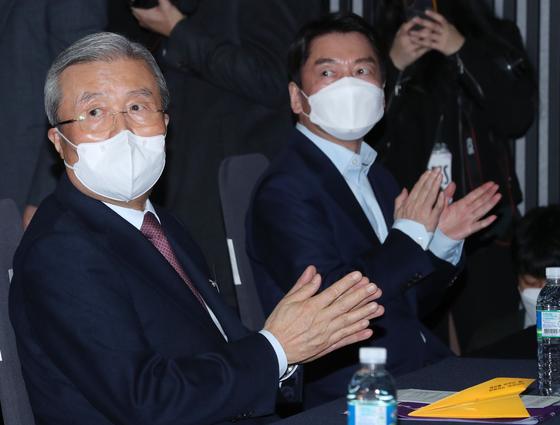 국민의힘 김종인 전 비상대책위원장(왼쪽)과 국민의당 안철수 대표가 3월 8일 오후 서울 영등포구 공군호텔에서 열린 제113주년 3·8 세계 여성의 날 기념식에 나란히 참석한 모습. 오종택 기자