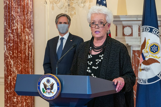 미국 국무부 코로나 백신 조정관으로 임명된 게일 스미스 전 국제개발처(USAID) 처장이 지난 5일 토니 블링컨 국무장관이 지켜보는 가운데 발언하고 있다. 사진=미 국무부 제공