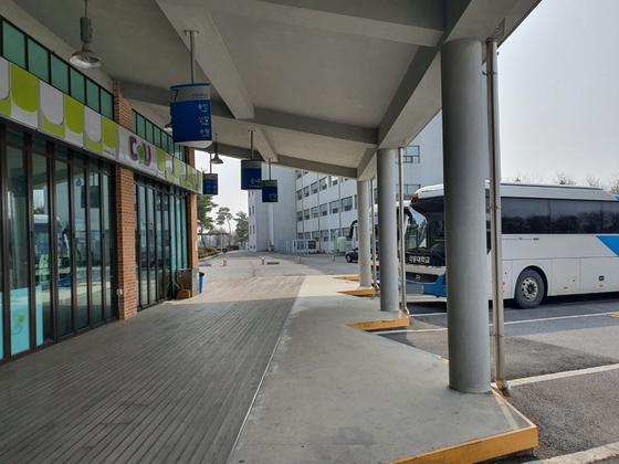 충북 음성에 있는 극동대는 올해 신입생 미달 사태가 벌어졌다. 코로나19와 신입생 감소로 캠퍼스 내 버스정류장이 텅 비어 있다. 최종권 기자