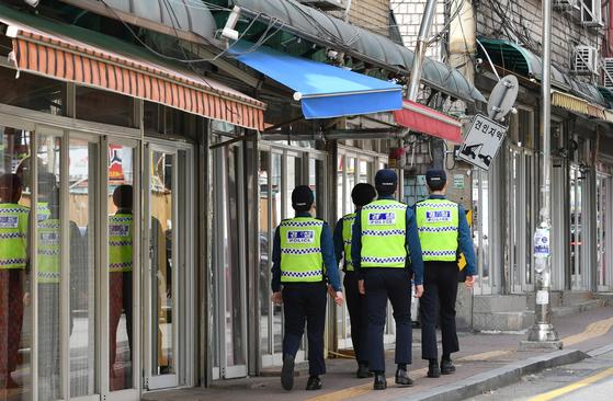 경찰이 경기도 수원시 팔달구 수원역 성매매 집결지에서 순찰을 하고 있다. [사진 수원시]